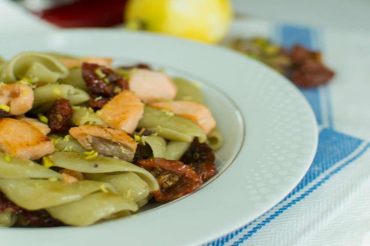 Pasta tricolore con salmone, pomodorini secchi e limone